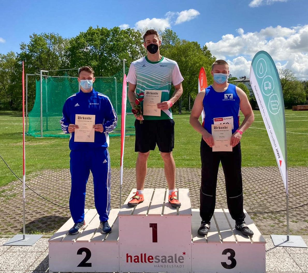Siegerehrung beim Werfertag in Halle, Ole Mehlberg (SCN) belegt den 2. Platz im Diskuswurf